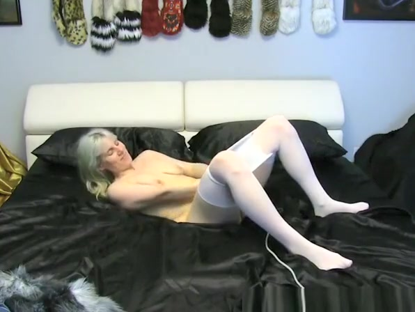 blonde gir uses a vibrator in her pussy